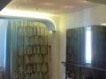 дизайн интерьера потолок спальня зеркало шторы